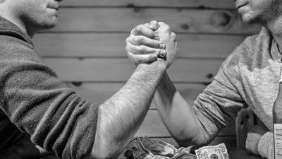 まだ結婚できない男 握手する男性