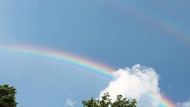 虹がかかった空